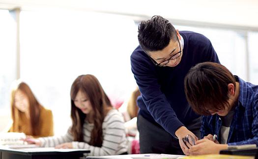 先生が学生に指導している、少人数教育の様子