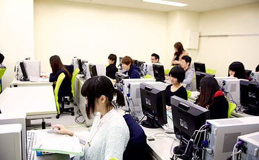 仙台総合ビジネス公務員専門学校のパソコンのある部屋で学ぶ学生たちの様子