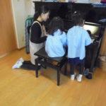 ピアノを一緒に弾いています!