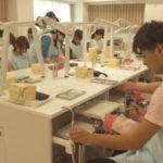 歯科衛生科1年 模型での歯面研磨実習