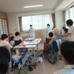 老人介護施設の1日を体験しよう! パート1